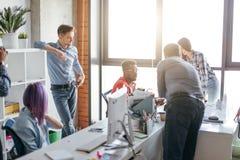 Affärsfolk på arbete i ett upptaget lyxigt kontorsutrymme Arkivbilder