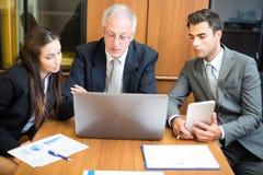 Affärsfolk på arbete i kontoret Arkivbild