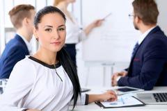 Affärsfolk på ett möte i kontoret Fokus på framstickandekvinna Arkivfoton