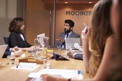 Affärsfolk på ett möte, slut upp, selektiv fokus royaltyfria bilder
