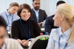 Affärsfolk på konferensen med legitimationshandlingar arkivbild