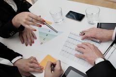 Affärsfolk som analyserar dagordningen Arkivfoton