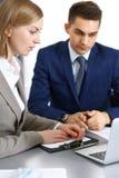 Affärsfolk som använder bärbar datorPC, medan diskutera projekt i regeringsställning Lyckade möte- och förhandlingbegrepp royaltyfria foton