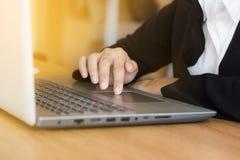 Affärsfolk som använder bärbara datorn som i dag kontrollerar mejl, meddelande, aktiviteter med kopieringsutrymme Arkivbild