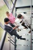Affärsfolk som använder den digitala minnestavlan i byggnadskontor Affär Arkivfoto