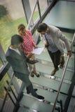 Affärsfolk som använder den digitala minnestavlan i byggnadskontor Affär Arkivfoton