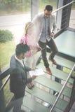 Affärsfolk som använder den digitala minnestavlan i byggnadskontor Affär Fotografering för Bildbyråer