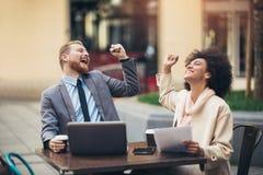 Affärsfolk som använder den utomhus- bärbara datorn royaltyfri foto