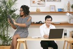 Affärsfolk som använder trådlösa apparater arkivbilder