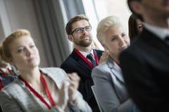 Affärsfolk som applåderar under seminarium Arkivfoton