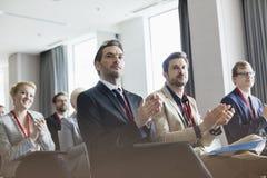 Affärsfolk som applåderar under seminarium Arkivfoto