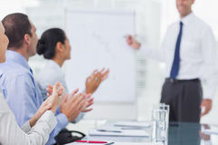 Affärsfolk som applausing efter presentation arkivbilder