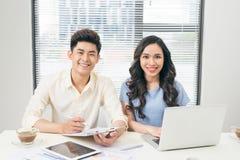 Affärsfolk som arbetar med datoren och gör någon skrivbordsarbete w royaltyfri foto