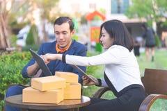 Affärsfolk som arbetar och möter det utomhus- near kontoret fotografering för bildbyråer