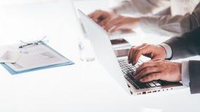 Affärsfolk som arbetar på bärbara datorer Arkivfoto