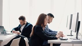 Affärsfolk som arbetar på datoren i deras arbetsplats stock video
