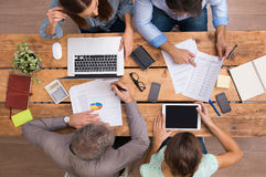 Affärsfolk som arbetar på skrivbordet Royaltyfri Foto