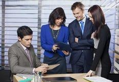 Affärsfolk som arbetar som ett lag royaltyfria foton