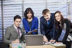 Affärsfolk som arbetar som ett lag på kontoret Royaltyfri Bild