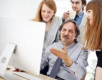 Affärsfolk som arbetar som ett lag på kontoret Royaltyfri Foto