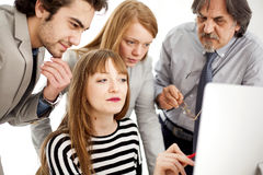 Affärsfolk som arbetar som ett lag på kontoret Royaltyfri Fotografi