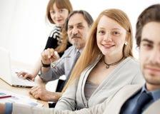 Affärsfolk som arbetar som ett lag på kontoret Royaltyfria Foton