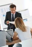 Affärsfolk som deltar i en presentation arkivbild
