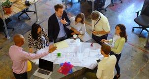 Affärsfolk som diskuterar över ritning i mötet 4k stock video