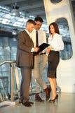 Affärsfolk som diskuterar dokument och idéer lag för megafon för man för affärskaffelady Royaltyfri Bild