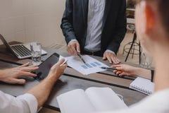 Affärsfolk som diskuterar finansiell tillväxt av företaget Fotografering för Bildbyråer