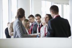 Affärsfolk som diskuterar i konventcentrum Royaltyfri Bild