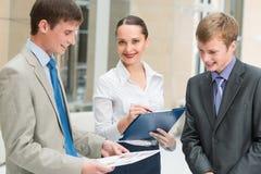 Affärsfolk som diskuterar rapporter Arkivfoto