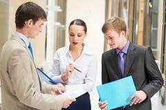 Affärsfolk som diskuterar rapporter Arkivbild