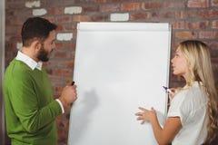 Affärsfolk som förbereder presentation Arkivbild