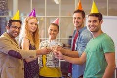 Affärsfolk som firar en födelsedag arkivfoto