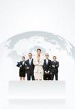 Affärsfolk som framme står av en jordöversikt Royaltyfria Bilder