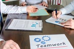 affärsfolk som fungerar tillsammans Arkivfoto