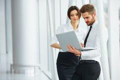 affärsfolk som fungerar tillsammans Affärslag Arkivbild