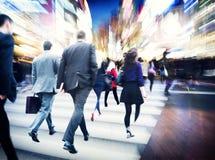Affärsfolk som går begrepp för stad för pendlarelopprörelse royaltyfria foton