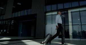 Affärsfolk som går i flygplats