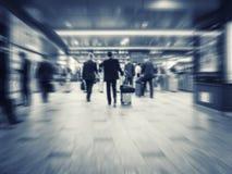 Affärsfolk som går lopp för affär för pendlare för drevstation arkivfoton