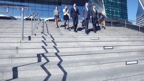 Affärsfolk som går ner trappa