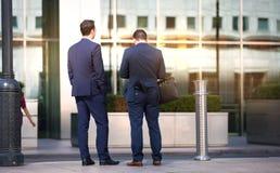 Affärsfolk som går på den Canary Wharf fyrkanten london uk Royaltyfri Foto