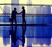 Affärsfolk som gör överenskommelsemötebegrepp Arkivbild