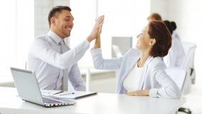 Affärsfolk som gör gest för höjdpunkt fem lager videofilmer