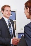 Affärsfolk som gör jobbintervju Arkivbild