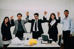 Affärsfolk som ger fem till deras kollega, når att ha handlat intelligens fotografering för bildbyråer