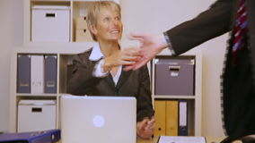 Affärsfolk som ger handskakningen i möte arkivfilmer