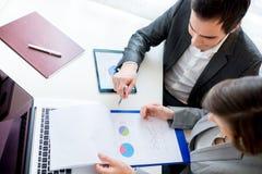 Affärsfolk som granskar affärsdokument Arkivfoton