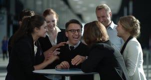 Affärsfolk som gratulerar coworkeren